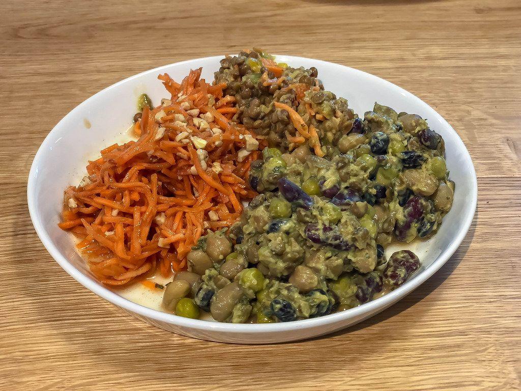 Veganer Salat mit Möhren, Bohnen und Linsen