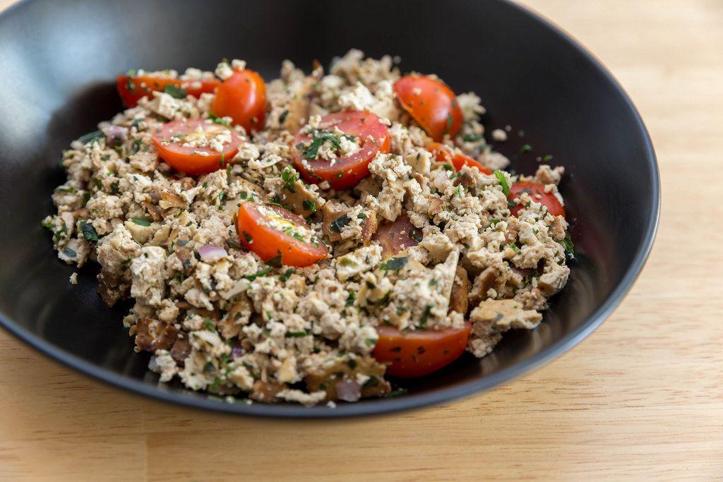 Veganes Rührei mit Tomaten und Kräutern. Nahaufnahme