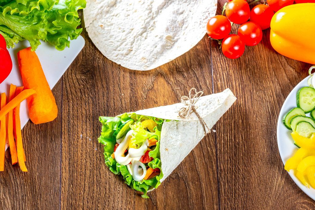 Vegetarian appetizer with pita bread, lettuce, vegetables and sauce
