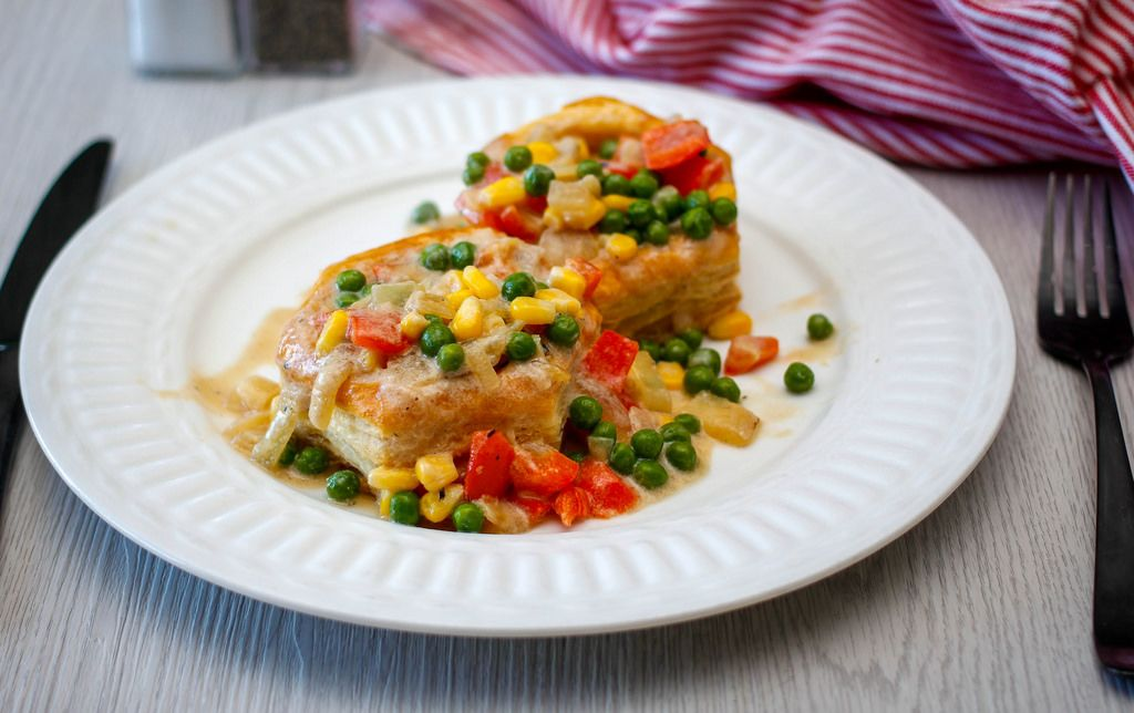 Vegetarische Blätterteigpastete mit Erbsen, Mais und Paprika