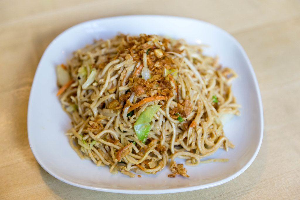 Vegetarische Mahlzeit im Restaurant mit gebratenen Nudeln, Ei und Gemüsesauce