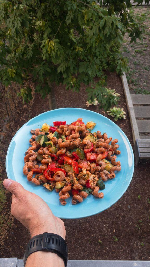 Vegetarische Nudeln: Dinkel-Vollkorn-Locken, Schnittlauch, Petersilie, Bio Räucher Tofu, Paprika und Zucchini