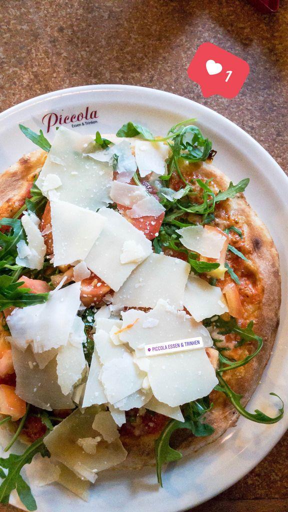 Vegetarische Pizza mit Rukola und Parmesan-Käse