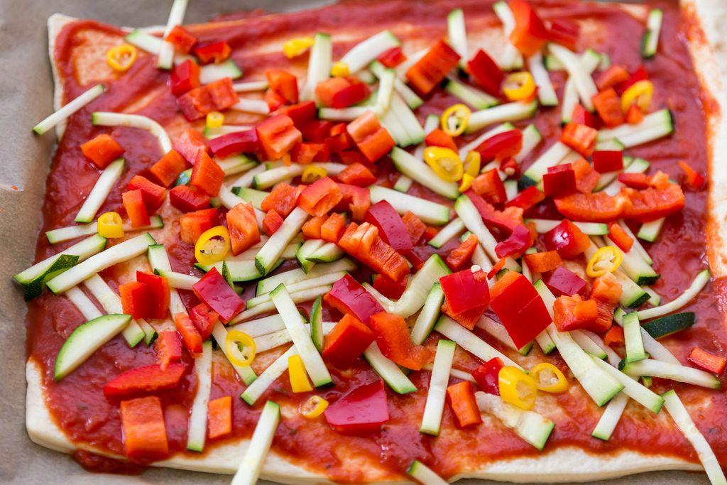 Vegetarische Pizza mit Zucchini und Paprika