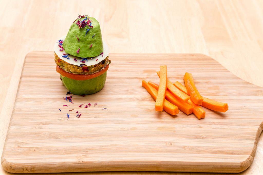 Vegetarischer Avocado-Burger mit Karotten-Sticks