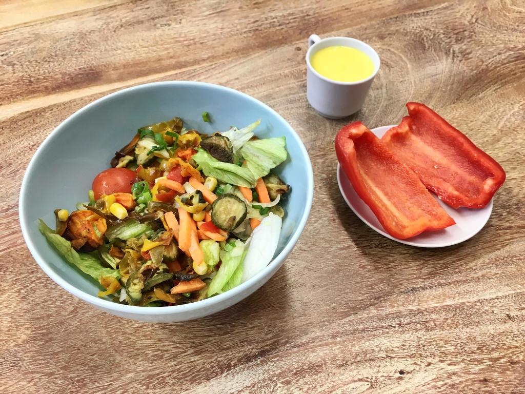 Vegetarischer Salat mit gegrilltem Gemüse und Curry-Mango-Dressing