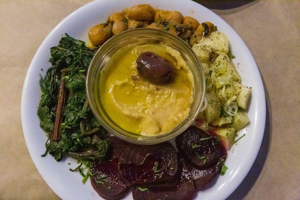Vegetarisches Gericht aus Schale mit Favapüree, dazu rote Bete, Bohnen und gekochtes Gemüse