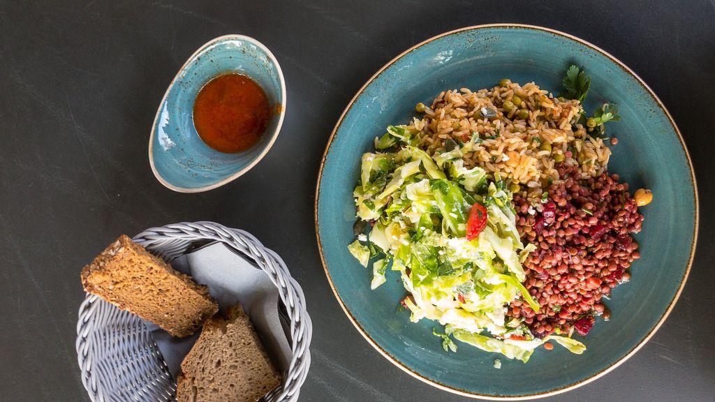 Vegetarisches Gericht: Linsen, Rote Bete, Reis und ein Sommersalat mit Erdbeeren