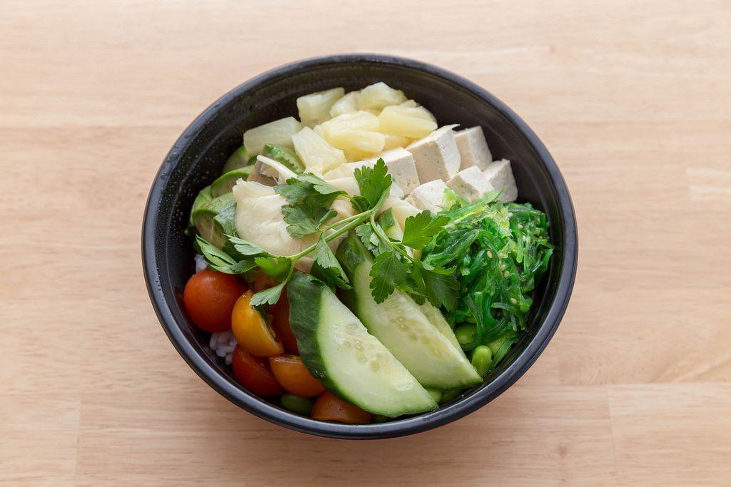 Veggie Bowl Salat mit Gurken, Tomaten, Ananas Tofu und Petersilie