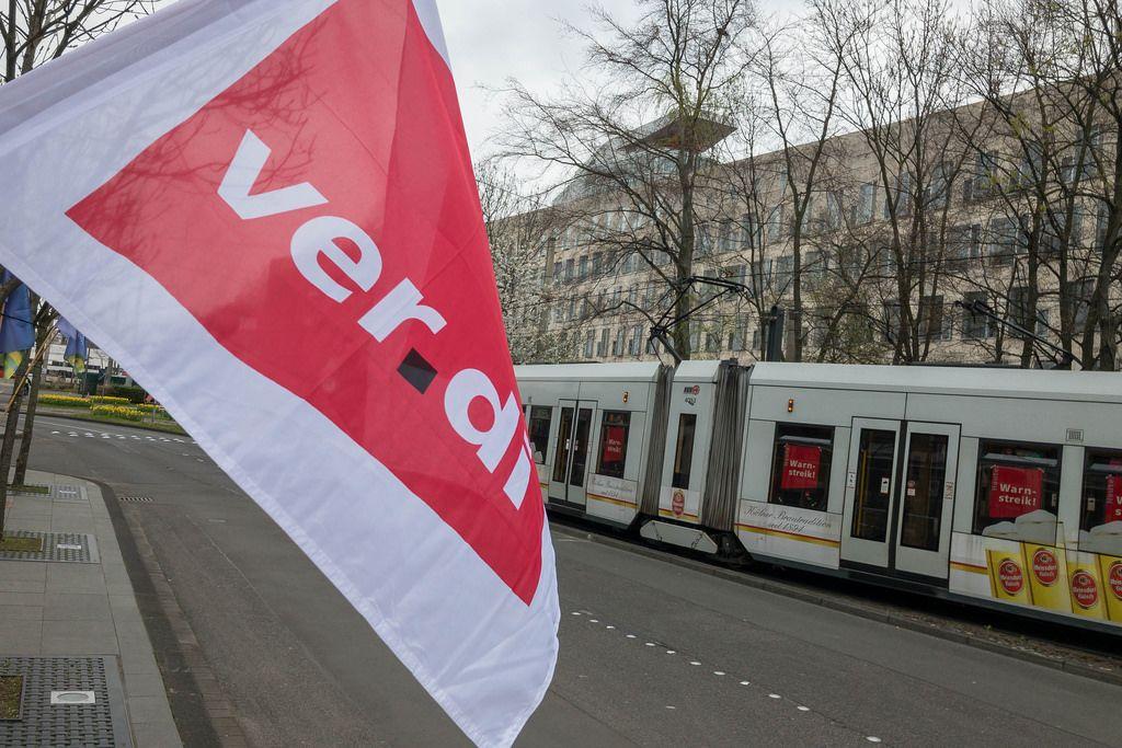 Verdi-Fahne an einer Straßenbahn