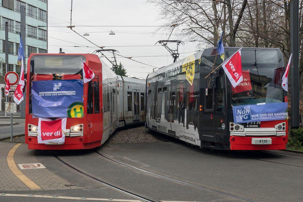 Verdi Warnstreik. KVB Straßenbahnen mit Verdi-Fahnen und Postern