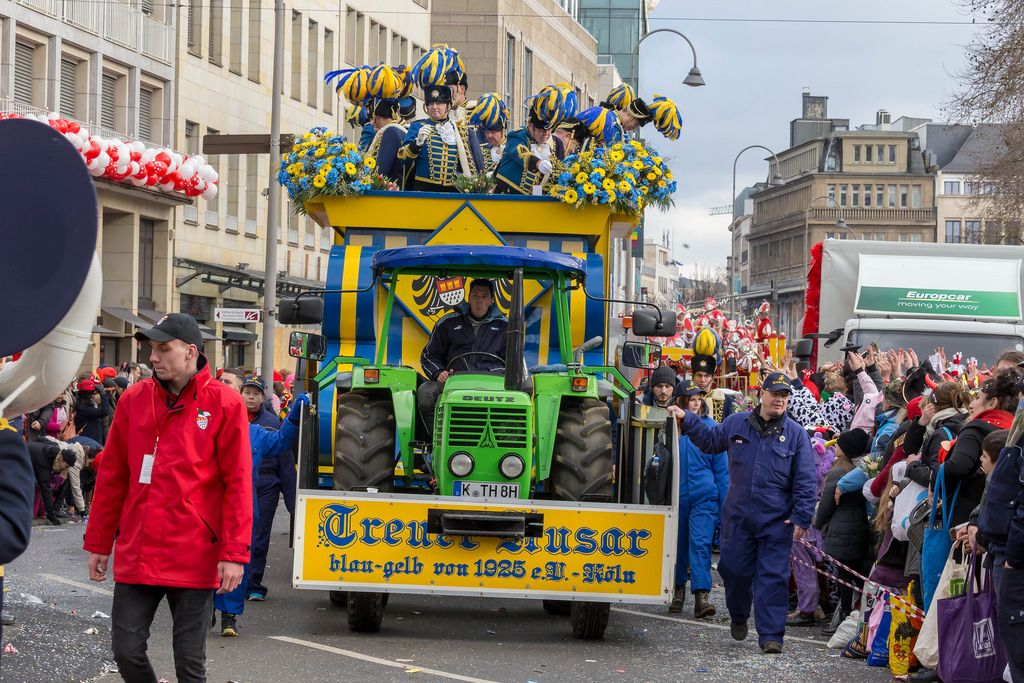 Verein Treuer Husar Blau-Gelb von 1925 beim Rosenmontagszug - Kölner Karneval 2018