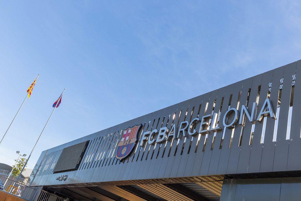 Vereinslogo und Schriftzug der Fußballmannschaft FC Barcelona am Eingang des Stadions Camp Nou, in Spanien