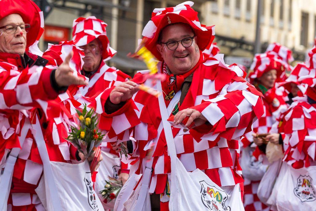 Vereinsmitglieder des 150 Jahre Rosen-Montags-Divertissementchen von 1861 beim Rosenmontagszug - Kölner Karneval 2018