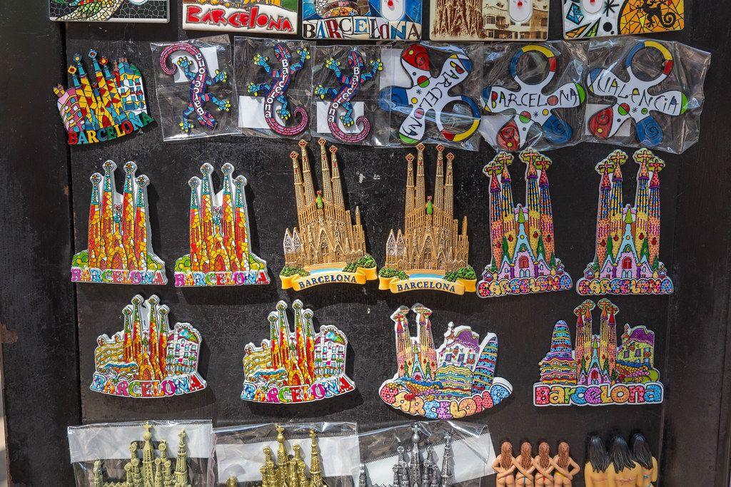 Verkauf von Magnete als Souvenirs und Mitbringsel mit Motiv der Antoni Gaudi - Basilika
