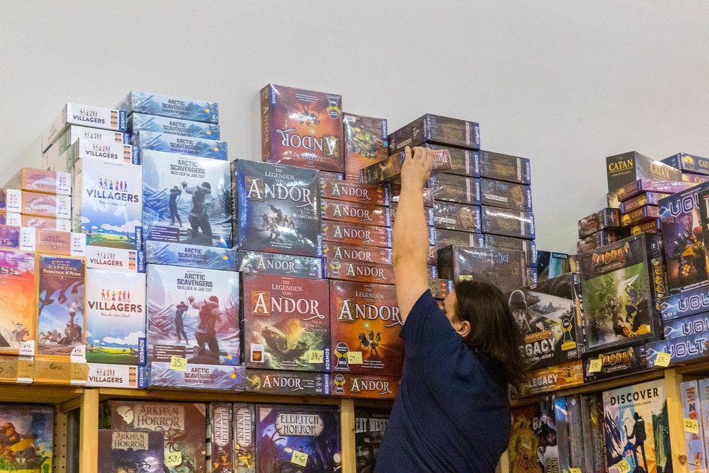 Verkäufer holt das Brettspiel Andor vom Stapel
