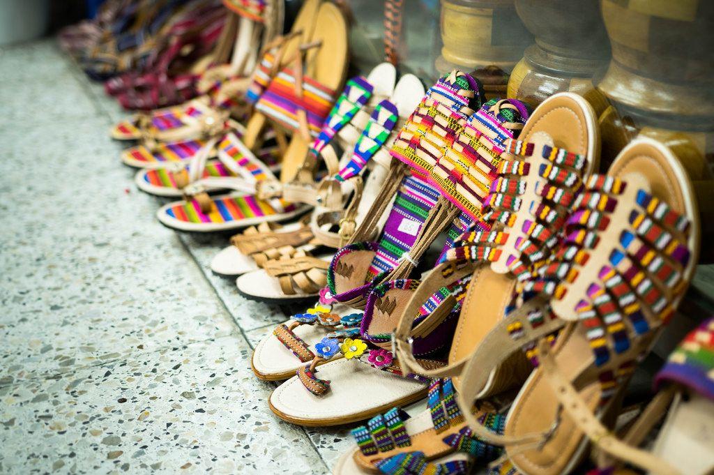 Verkaufsauslage von typischen, handgemachten Sandalen aus Leder und bunten Riemen in den Straßen von Guatemala