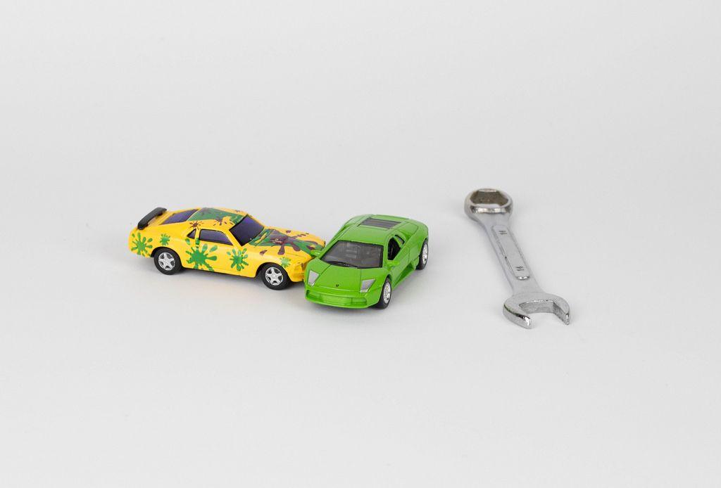 Verkehrsunfall. Spielzeugautos