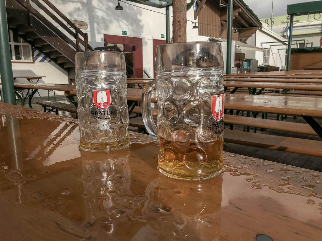 Verlassene Bierkrüge nach Regen auf Oktoberfest