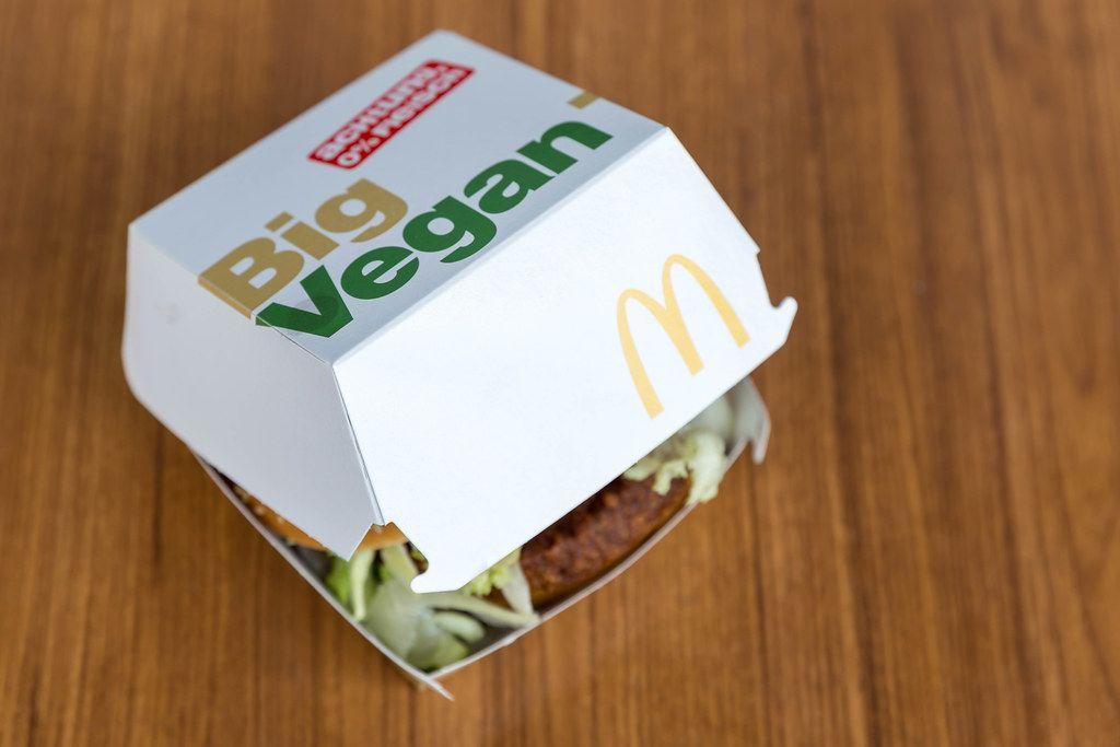 Verpackung des neuen McDonalds Burgers Big Vegan TS mit Bratling auf Basis von Soja- und Weizeneiweiß mit Salat und Gemüse