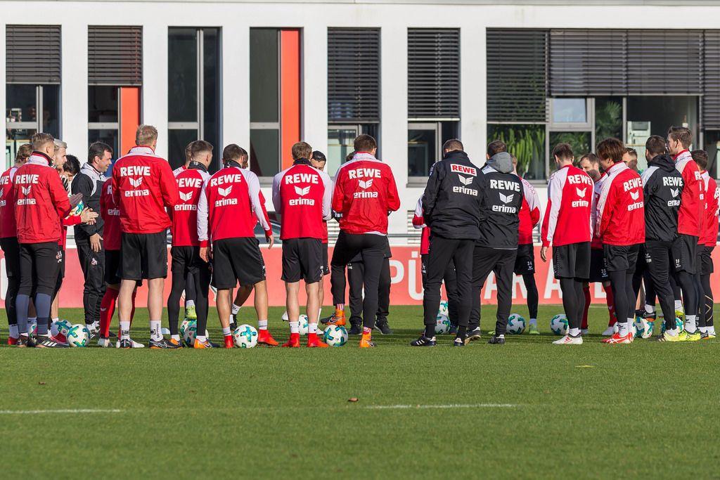 Versammelte 1. FC Köln Mannschaft vor dem Training am 30.01.2018