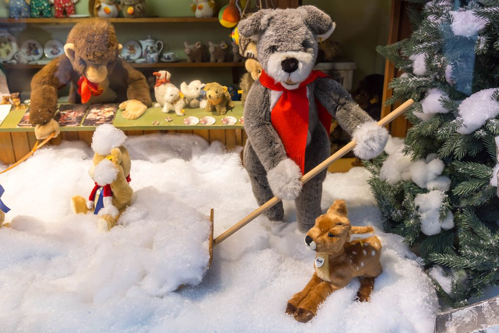 Verschiedene Plüschtiere: Bär mit Schneeschaufel, Kitz, Affe