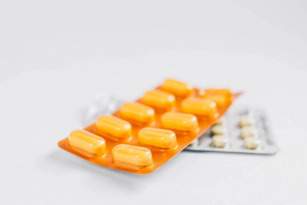 Verschiedene Tabletten vor weißem Hintergrund. Medikamente