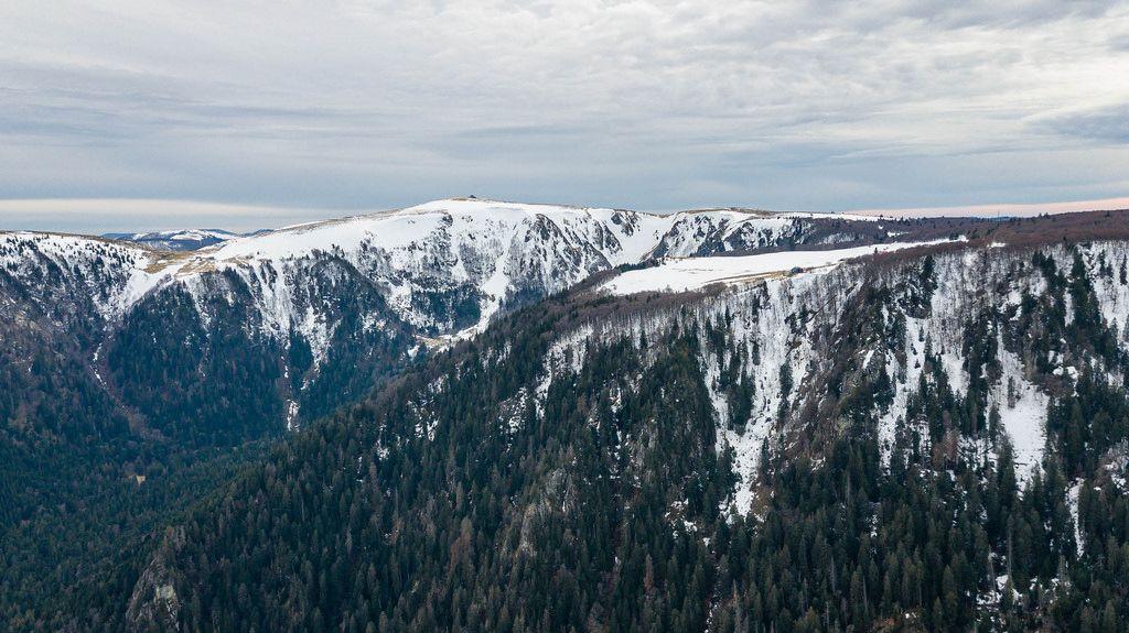 Verschneite Bergspitzen in den Südvogesen