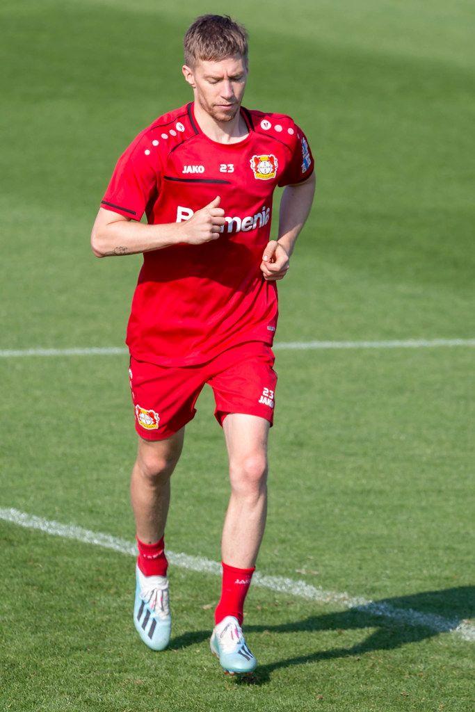 Verteidungsspieler Mitchell Weiser joggt beim Training über das Fußballfeld