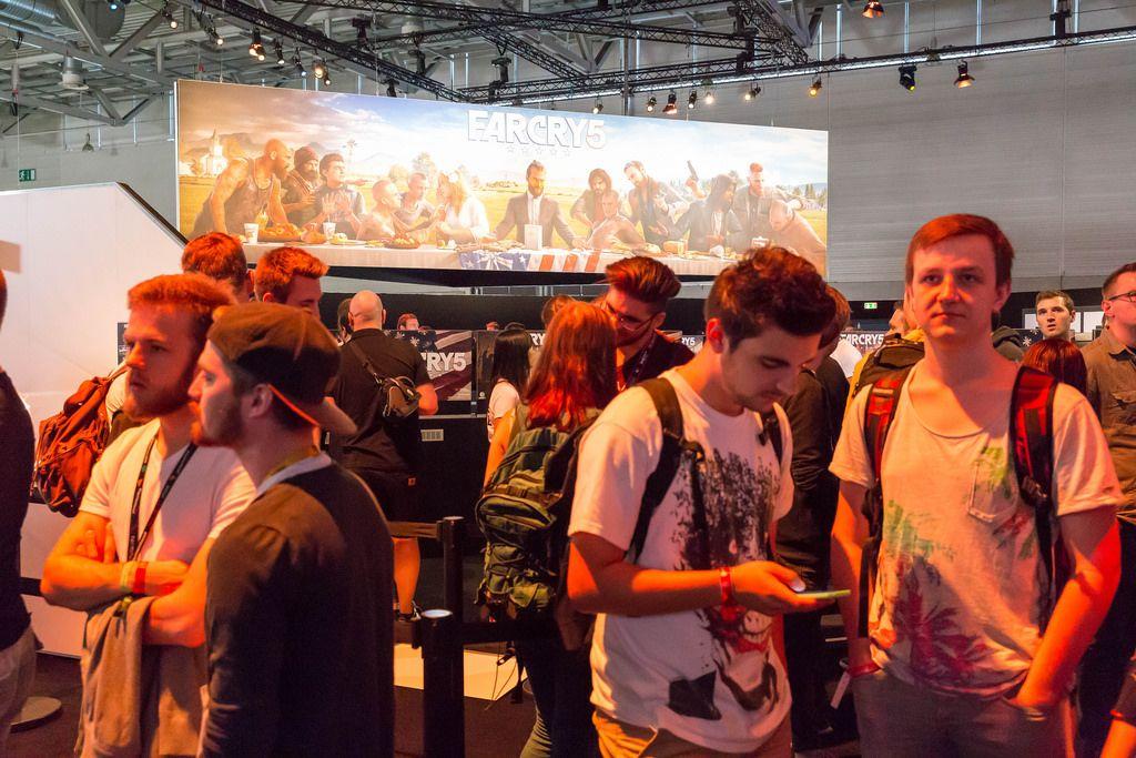 Viele Besucher warten darauf Farcry 5 zu spielen - Gamescom 2017, Köln
