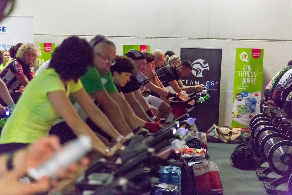 Viele Sportler beim Indoor-Radfahren