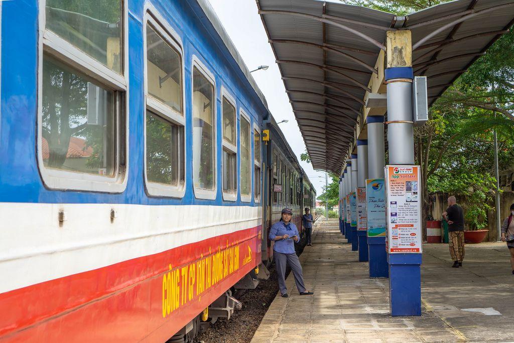 Vietnamesischer Zug steht an Bahnhof in Phan Thiet vor der Abfahrt nach Ho Chi Minh City (Saigon)
