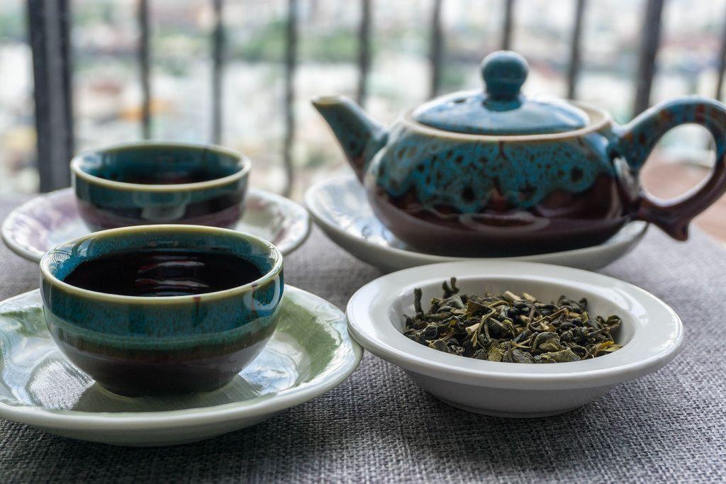 Vietnamesisches Tee-Set mit frischem grünen Tee