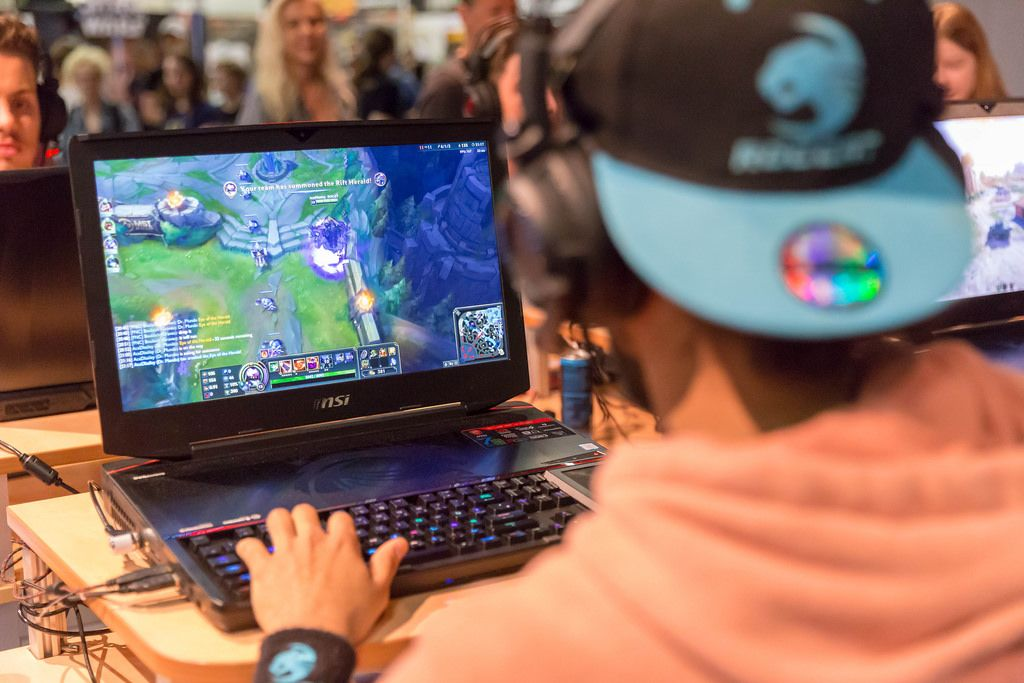 Visitor playing League of Legends on MSI gaming notebook
