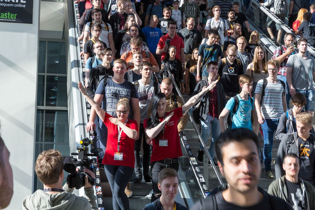Visitors rushing down the stairs - Gamescom 2017, Cologne