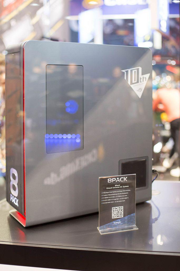 Vitrine mit 8 Pack bei der Gamescom 2017
