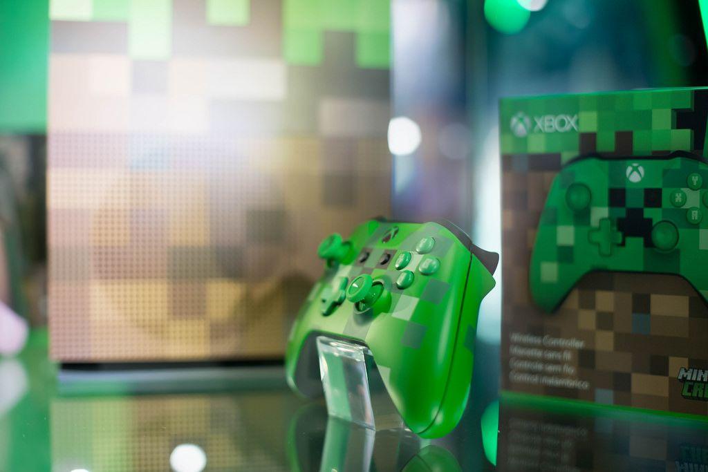 Vitrine mit Designer-Kontroller von Xbox