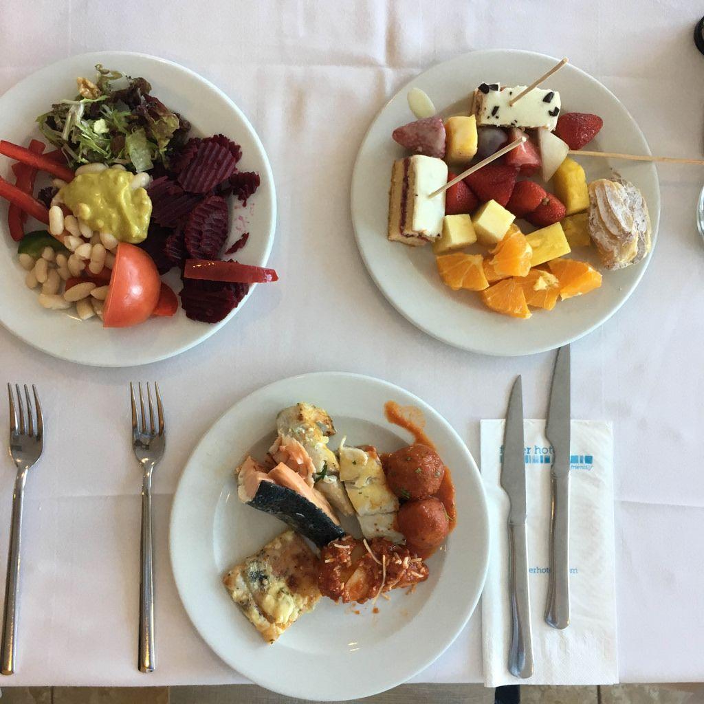 Von allem ein bisschen: Fisch und Spagetti, gemischter Salat und Obst und Süßspeisen