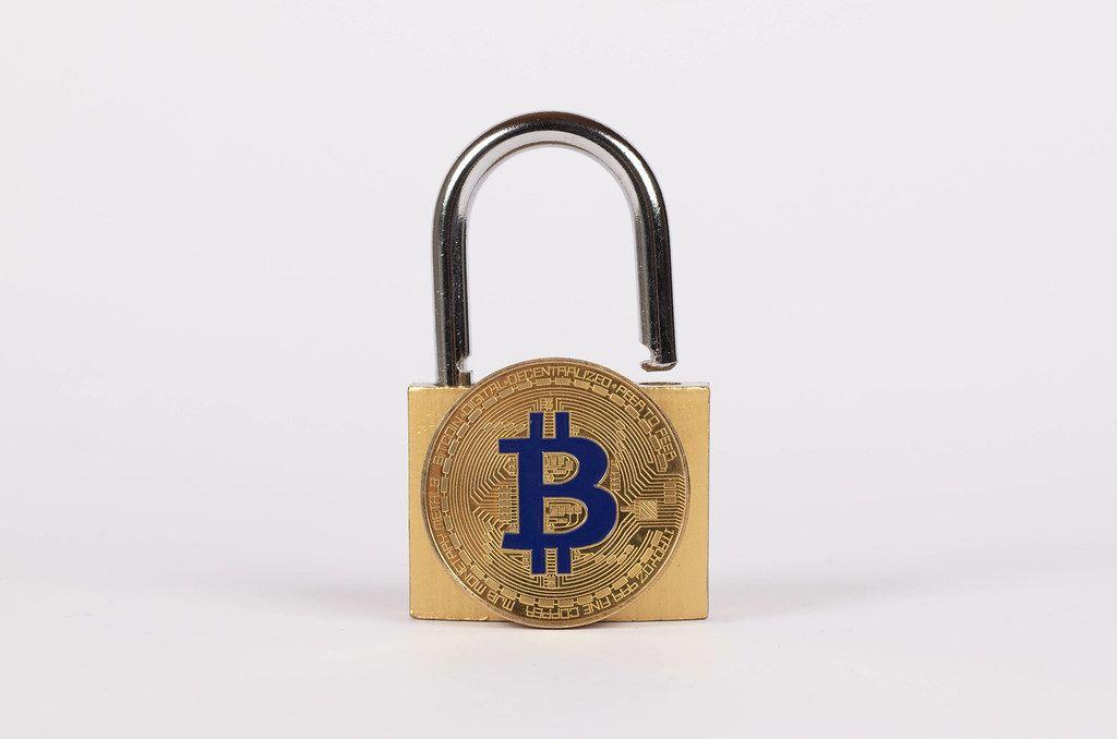 Vorhängeschloss mit goldenem Bitcoin vor weißem Hintergrund