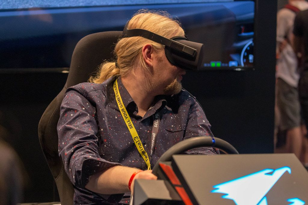 VR-Gaming: AORUS Virtual Reality glasses, tested by a man during Gamescom
