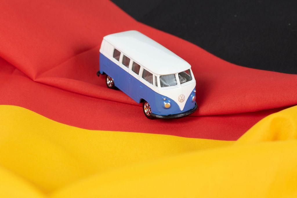 VW Reisemobil auf der deutschen Flagge