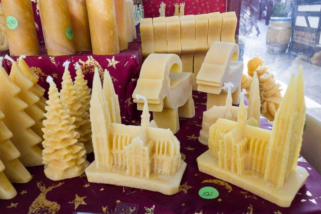 Wachskerzen in Form von Kathedralen, Böcken und Weihnachtsbäumen