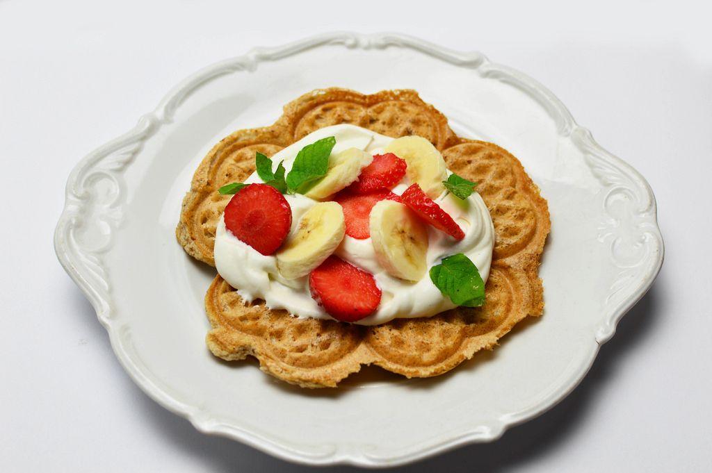 Waffeln mit Schlagsahne Erdbeeren und Bananen