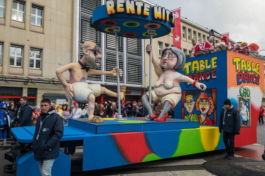 Wagen beim Rosenmontagszug - Rente mit siebzig - Kölner Karneval 2018