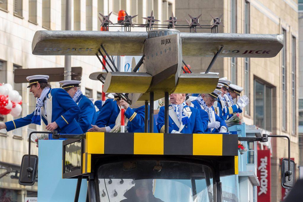 Wagen der KG Sr. Tollität Luftflotte mit einem Flugzeug auf dem Dach beim Rosenmontagszug - Kölner Karneval 2018