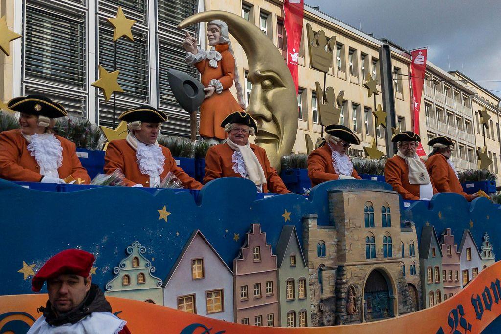 Wagen der Vereins Große KG Greesberger beim Rosenmontagszug - Kölner Karneval 2018
