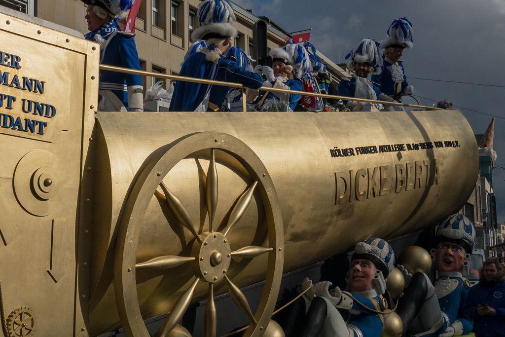 Wagen Dicke Berta beim Rosenmontagszug - Kölner Karneval 2018