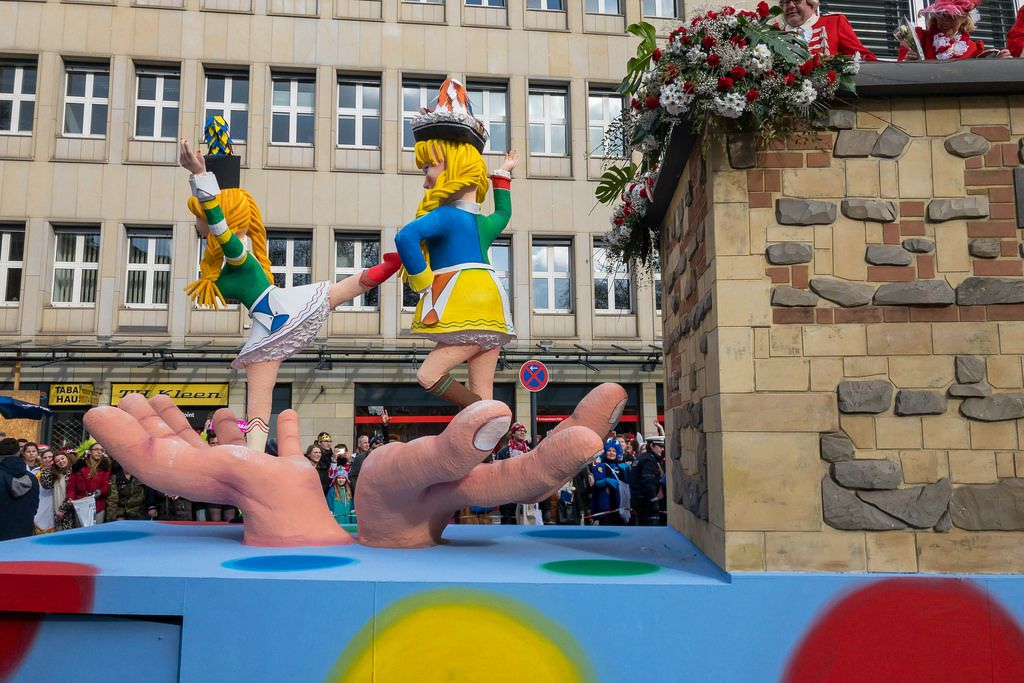 Wagen mit den auf Handfläche tanzenden Mädchen - Kölner Karneval 2018