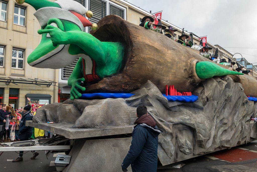 Wagen mit einer Echse im Baumstamm - Kölner Karneval 2018