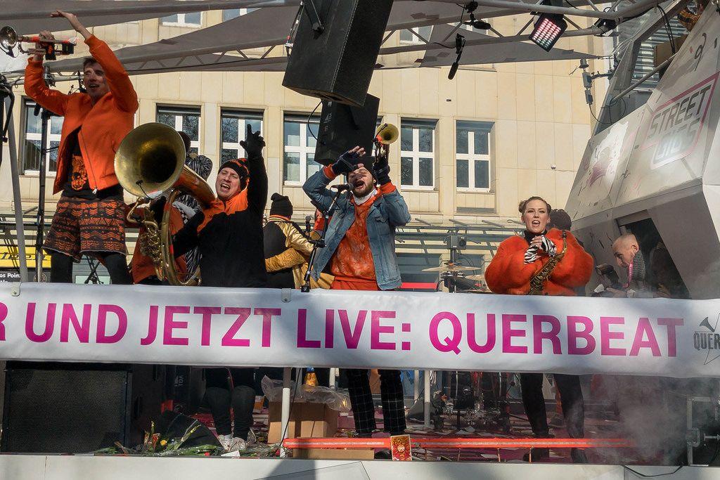 Wagen von Street Gigs mit der Brassband Quearbeat beim Rosenmontagszug - Kölner Karneval 2018